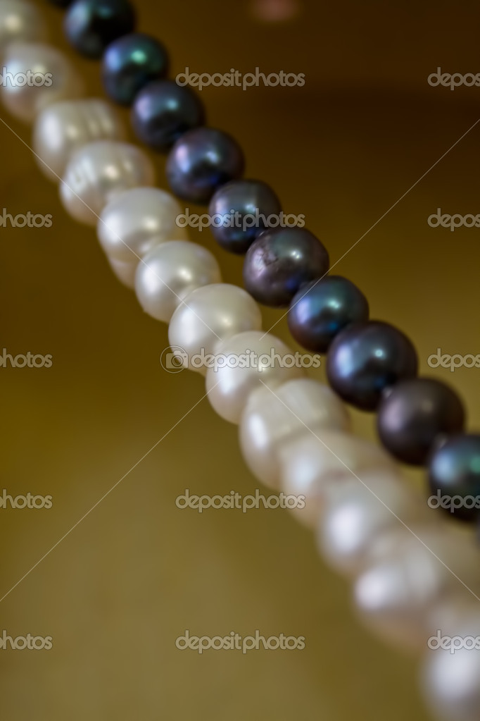 Show black and white pearls — Stock Photo #13348888