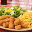 Breaded chicken strips with macaroni and cheese — Stock Photo