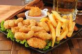 Crevettes, frites et bière — Photo