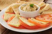 хумус с помидором, сыром и пита хлеб — Стоковое фото
