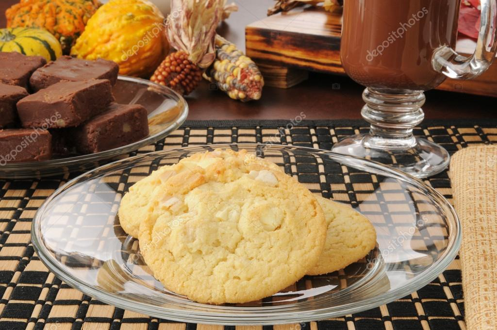 Macadamia nut with white chocolate chip cookies on a plate — Stock Photo #14938779