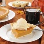 Pumpkin pie ala mode — Stock Photo