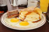 Salchichas y huevos — Foto de Stock
