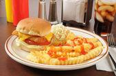 鱼三明治配薯条 — 图库照片