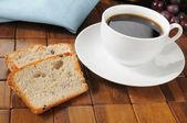 Kahve ve üzümlü ekmek — Stok fotoğraf