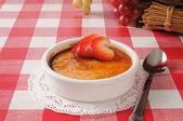 Crème brulee met aardbeien — Stockfoto