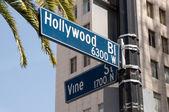 Hollywood och vinstockar vägskylt — Stockfoto