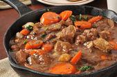 Gourmet Rindfleischeintopf serviert in einer gusseisernen Pfanne — Stockfoto