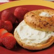 Toasted bagel with cream cheese and strawberries — Stock Photo #29143377
