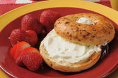 Toasted bagel with cream cheese and strawberries — Stock Photo