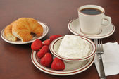 Cottage cheese and strawberries — Stock Photo