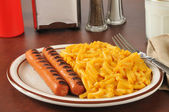 Hot dogs and macaroni and cheese — Stock Photo