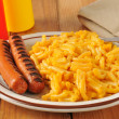 Grilled hot dogs with mac and cheese — Stock Photo