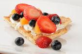 Fruit and cream cheese on sesame flatbread — ストック写真