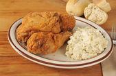 Pollo fritto con insalata di cavolo — Foto Stock