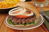 ハンバーガーとビール — ストック写真