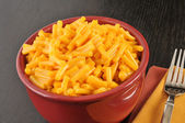Bowl of macaroni and cheese — Stock Photo