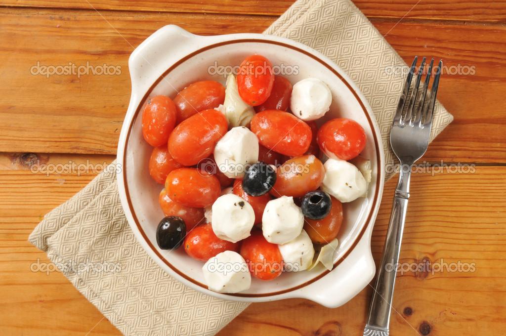 Салат моцарелла с помидорами и оливками