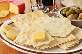 Flatbread crackers and gouda cheese — Stock Photo