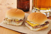 Cheeseburger sliders and beer — Stock Photo
