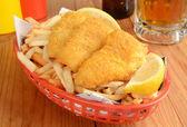 Balık ve patates kızartması gazetesi — Stok fotoğraf