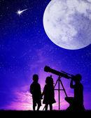 People look in the telescope — Stock Photo
