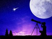 Man looks into the telescope — Stock Photo