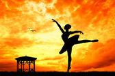 Taniec na zachodzie słońca — Zdjęcie stockowe
