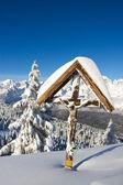 Croce nella neve — Foto Stock