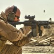 Soldier firing weapon - Foto Stock