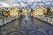 海岸に戻ってイギリスの桟橋の端からの眺め — ストック写真