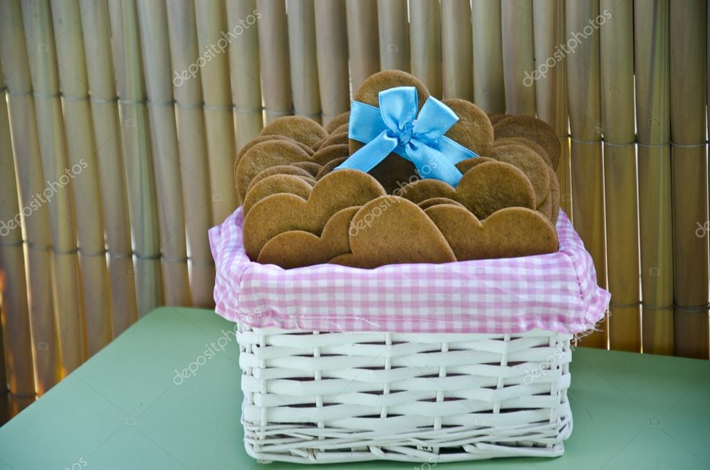 Galletas , corazon , harina , fiesta , cesto, niños, postre , dulses — Stock Photo #19263583