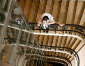 Schöne braut auf treppe — Stockfoto