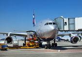 Flugzeug wird bedient wird — Stockfoto