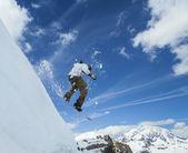 Snowboarder springt in bergen — Stockfoto
