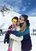 Kayak merkezi, iki güzel kadın — Stok fotoğraf