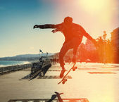 Silhouette of skateboarder — Photo