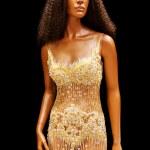 Wedding dress on mannequin — Stock Photo