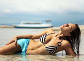 Bella donna prendere il sole nell'oceano — Foto Stock