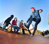 Skateboarder in skatepark — Foto Stock