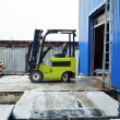 Foto Stock: Forklift at large warehouse