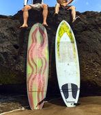 Surfeur de deux ami assis sur rocher — Photo