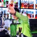 Barman professionellen cocktail machen — Stockfoto