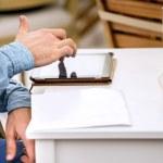 podnikatel drží touchpad pc — Stock fotografie