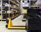 Carrello elevatore sul grande magazzino — Foto Stock