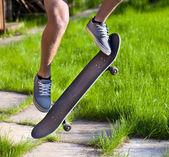 Парень, прыжки на скейте — Стоковое фото