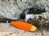 Surfboard lying on sand near the ocean — Foto Stock