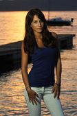 Bella ragazza posa contro luce tramonto — Foto Stock