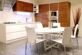Nowoczesna kuchnia ze stołem biały — Zdjęcie stockowe