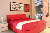 赤のモダンなデザインのベッドルーム — ストック写真